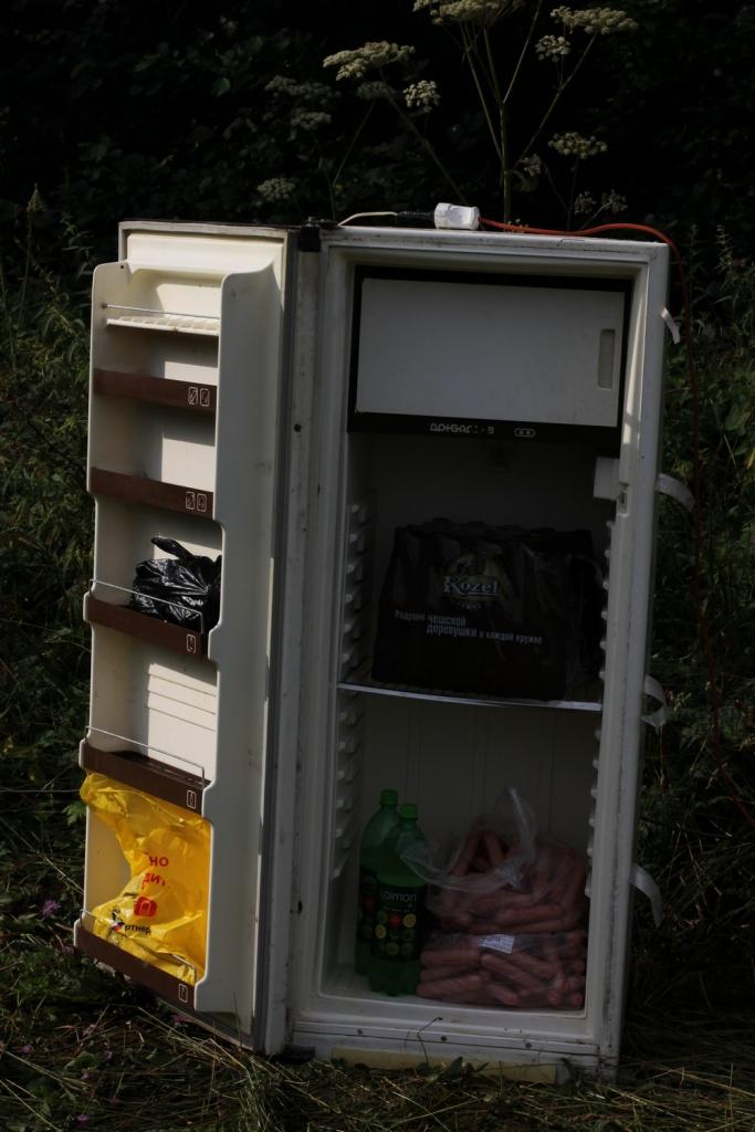 Кто-то заполняет холодильник нужными вещами