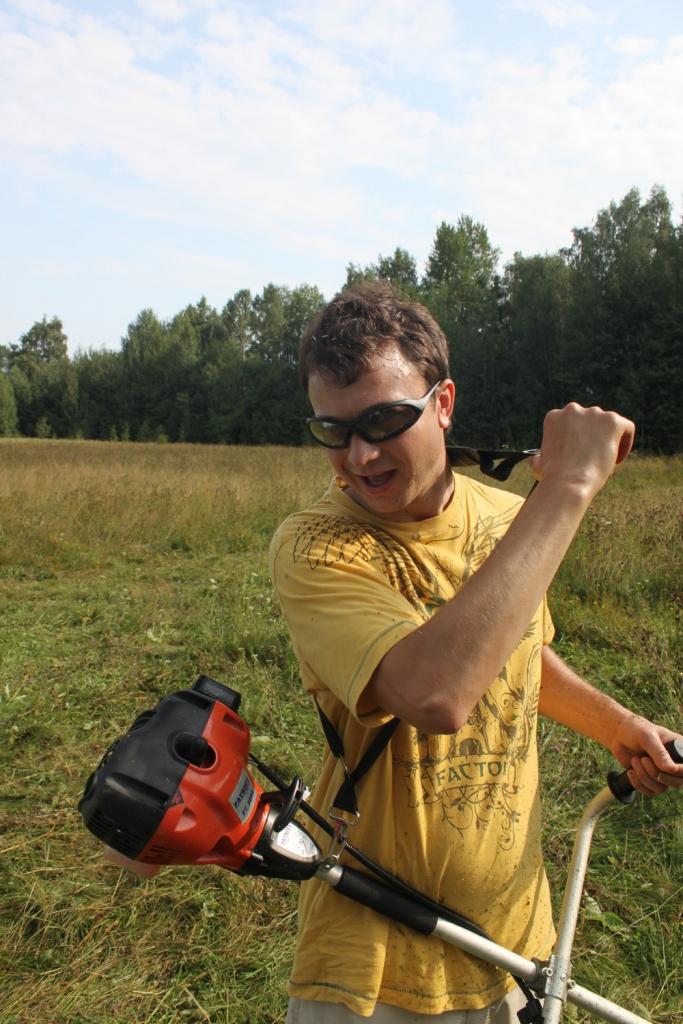 Макс LM Лобов косит траву под палатки